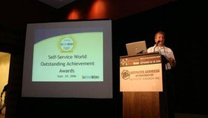 oseph Grove, associate publisher of NetWorld Alliance, prepares to present the Self-Service World Outstanding Achievement Awards.