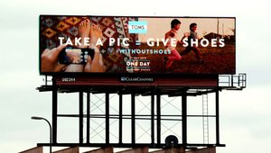 Digital signage helping TOMS #WithoutShoes campaign put best foot forward