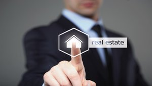How digital signage boosts the real estate customer experience