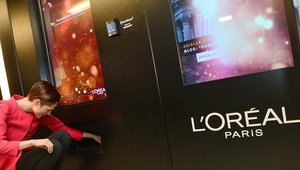 L'Oreal deployed a digital signage retail experience in a New York City subway station.