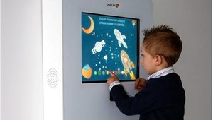 The Lisbon Airport installed two DISPLAX Crayon Walls, interactive solutions for children with educational games like drawing, recycling, sports and safety control at airports.