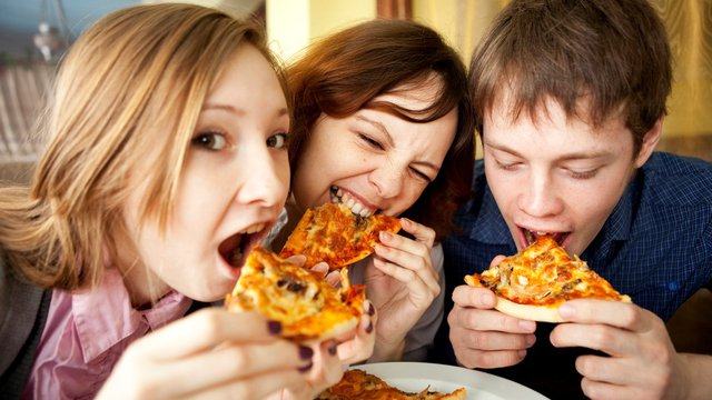 Gen Z spends most their cash on restaurants: 4 ways pizza operators can get it