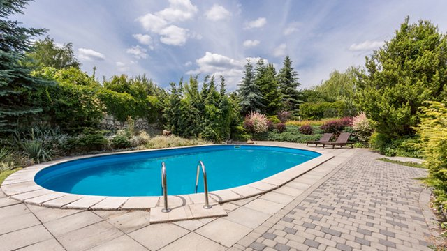 3 eco-friendly tips for maintaining a swimming pool