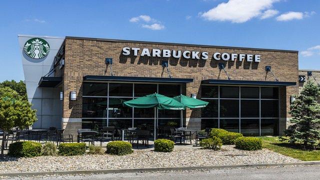 Les États-Unis sont sur la même voie COVID-19 que la Chine, selon le chef de Starbucks